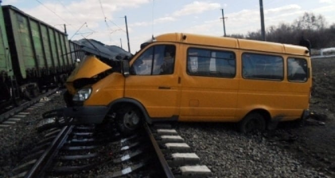 Автобус со школьниками, который столкнулся с поездом в Омском регионе, проходил техосмотр и был полностью «на ходу»